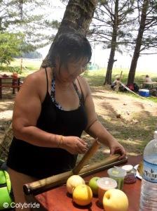 Franckie qui nous découpe du riz cuit dans du bambou